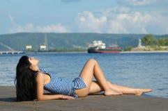 A rapariga na costa Fotografia de Stock