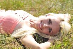 Rapariga na grama Imagem de Stock Royalty Free