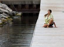 Rapariga na postura da ioga em uma doca Imagem de Stock Royalty Free