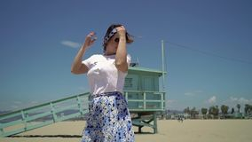 Rapariga na praia vídeos de arquivo