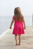 Rapariga no cais da praia Fotos de Stock Royalty Free
