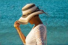 Rapariga no chapéu com cara escondida Fotografia de Stock
