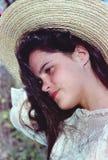 Rapariga no chapéu de retrato da palha fotografia de stock
