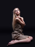 Rapariga no olhar da tristeza na luz com esperança Fotografia de Stock