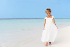 Rapariga no vestido da dama de honra que anda na praia bonita fotos de stock royalty free