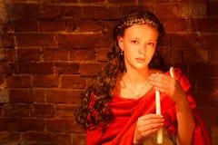 Rapariga perto da parede de tijolo Fotografia de Stock Royalty Free