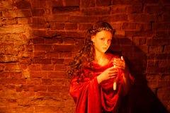Rapariga perto da parede de tijolo Fotos de Stock Royalty Free