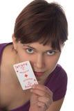 A rapariga prende um cartão de jogo Imagens de Stock