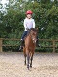 Rapariga que aprecia a equitação de cavalo Fotografia de Stock