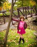 Rapariga que aprecia o outono Fotos de Stock