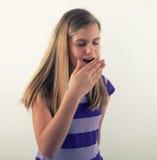 Rapariga que boceja imagem de stock