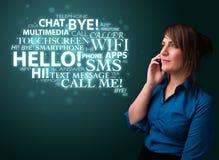 Rapariga que chama pelo telefone com nuvem da palavra Imagem de Stock