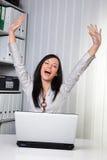 Rapariga que cheering em um computador Imagem de Stock Royalty Free