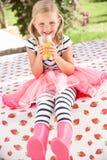 Rapariga que desgasta carregadores cor-de-rosa de Wellington Foto de Stock Royalty Free