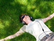 Rapariga que encontra-se em um prado Imagens de Stock Royalty Free