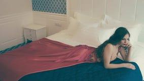 Rapariga que encontra-se na cama video estoque