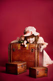 Rapariga que encontra-se no tronco de madeira do tesouro foto de stock royalty free