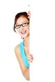 Rapariga que esconde atrás da folha de papel. Imagens de Stock