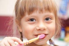 Rapariga que escova seus dentes Imagens de Stock