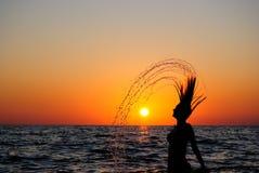 Rapariga que estoira do mar Fotos de Stock