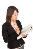 Rapariga que estuda seu livro da ciência Imagens de Stock Royalty Free