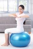 Rapariga que exercita no sorriso da esfera do ajuste Fotos de Stock Royalty Free
