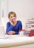 Rapariga que fala em seu smartphone Fotos de Stock Royalty Free