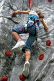 Rapariga que faz a escalada de rocha Fotografia de Stock