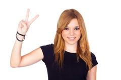 Rapariga que faz um sinal da vitória com suas mãos Fotografia de Stock Royalty Free