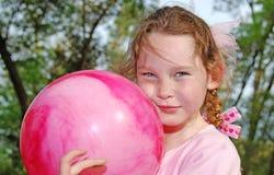 Rapariga que joga a esfera imagem de stock royalty free