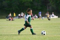 Rapariga que joga o futebol Imagens de Stock Royalty Free