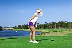 Rapariga que joga o golfe fotografia de stock royalty free