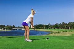 Rapariga que joga o golfe imagens de stock royalty free
