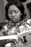 Rapariga que lê um livro Imagens de Stock Royalty Free