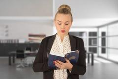 Rapariga que lê um livro Fotografia de Stock