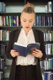 Rapariga que lê um livro Imagens de Stock