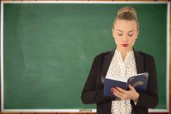 Rapariga que lê um livro Fotografia de Stock Royalty Free