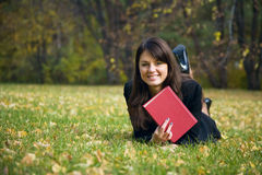 Rapariga que lê um livro foto de stock