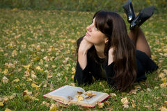 Rapariga que lê um livro imagem de stock
