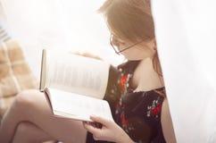 Rapariga que lê um livro Fotos de Stock