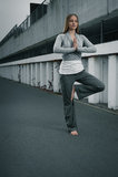 Rapariga que medita sobre um pé Imagens de Stock Royalty Free