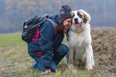 Rapariga que mostra a afeição a seu cão de pastor Imagem de Stock