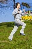 Rapariga que movimenta-se no parque Imagens de Stock