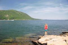 Rapariga que olha um barco a motor Imagem de Stock Royalty Free