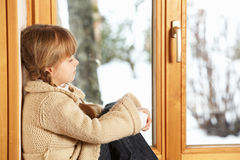 Rapariga que olha a vista nevado Foto de Stock