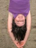 Rapariga que pendura upside-down Fotografia de Stock
