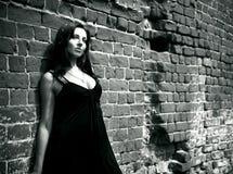 Rapariga que permanece perto da parede Imagem de Stock