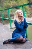 Rapariga que praying em uma ponte Fotos de Stock
