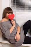 Rapariga que prende o coração nas mãos Imagens de Stock Royalty Free