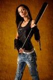 Rapariga que prende um bastão de beisebol imagem de stock